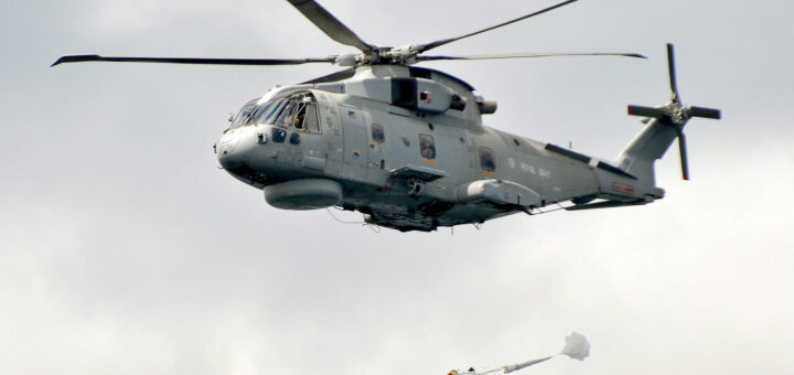 Helikopter Merlin należący do Royal Navy zrzuca torpedę typu Stingray. / Zdjęcie: Think Defence Royal Navy